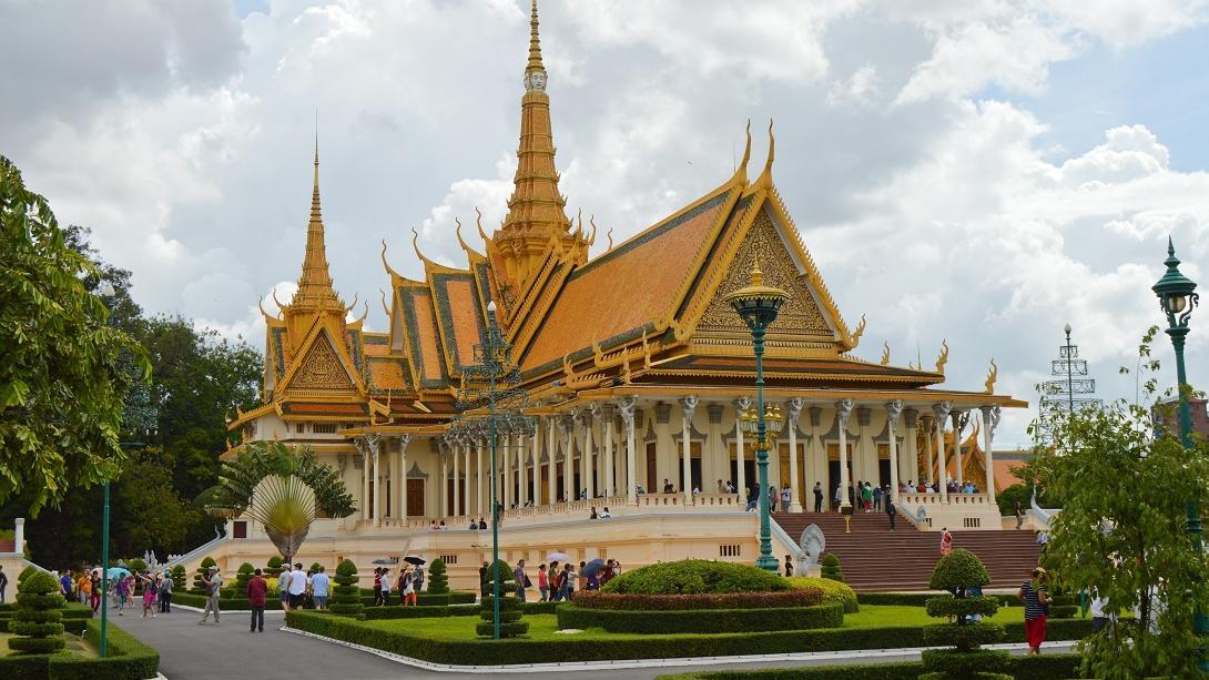 Reisende nehmen an einer geführten Tour durch den Royalen Tempel teil, dem Zuhause des Königs von Kambodscha.